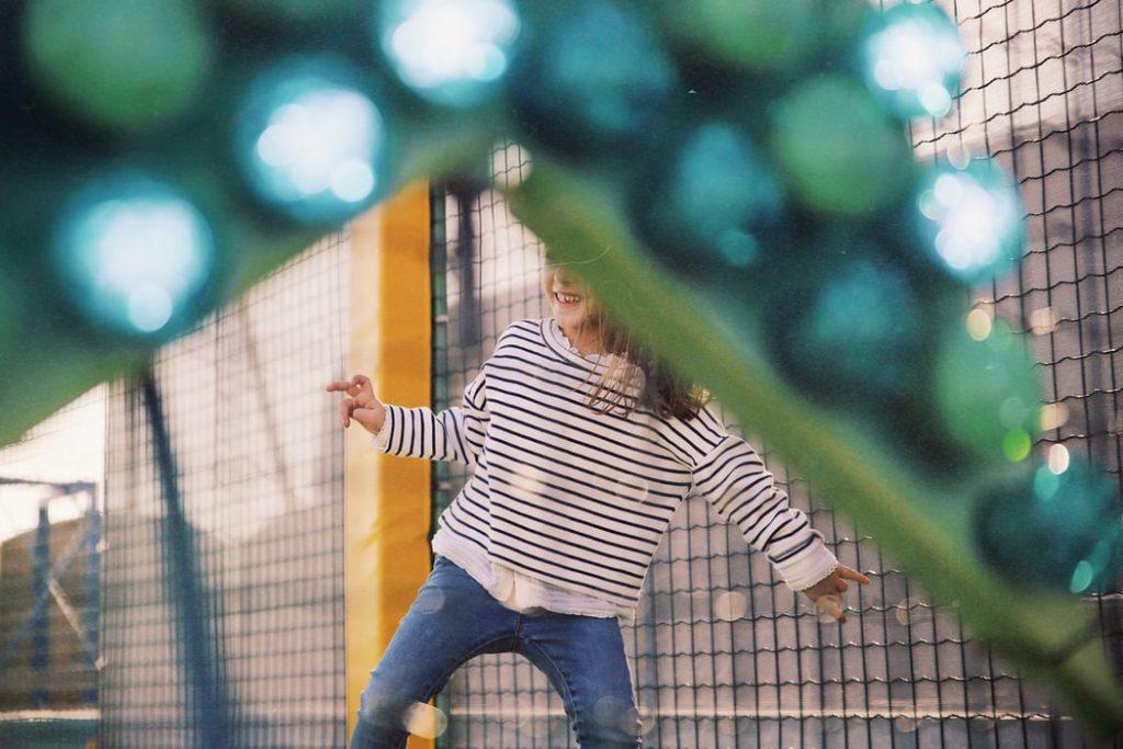 Etapy pracy przy otwieraniu parków trampolin – producent współpracuje z klientem